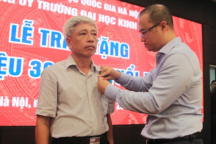 Lễ trao huy hiệu 30 năm tuổi Đảng cho giảng viên ĐHKT