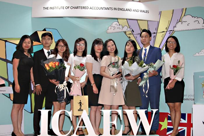 3 sinh viên đầu tiên ĐH Kinh tế nhận chứng chỉ quốc tế CFAB