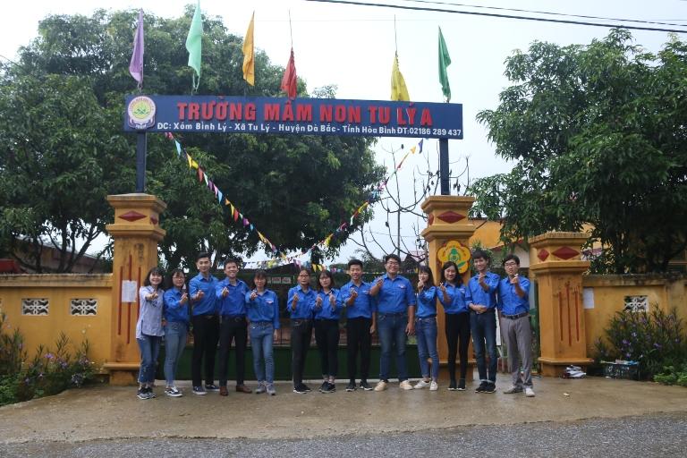 Đoàn Thanh niên Trường ĐH Kinh tế - ĐHQGHN tri ân thương binh liệt sĩ tại Hòa Bình